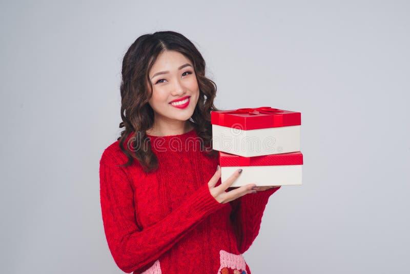 Piękny azjatykci kobieta portreta chwyta prezent w bożych narodzeniach projektuje fotografia royalty free