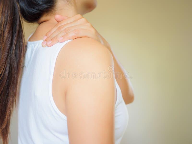 Piękny azjatykci kobiety cierpienia ramienia szyi ból zdjęcia royalty free