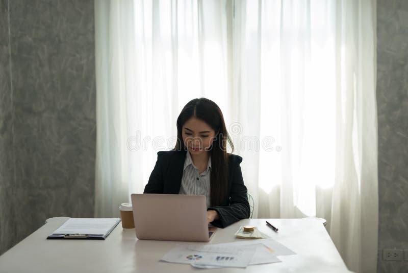 Piękny azjatykci młody bizneswoman pracuje na laptopie w jej wor zdjęcie stock