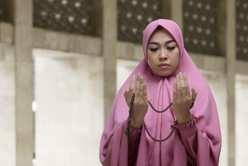 Piękny azjatykci muzułmański kobiety modlenie z koralika łańcuchem fotografia royalty free