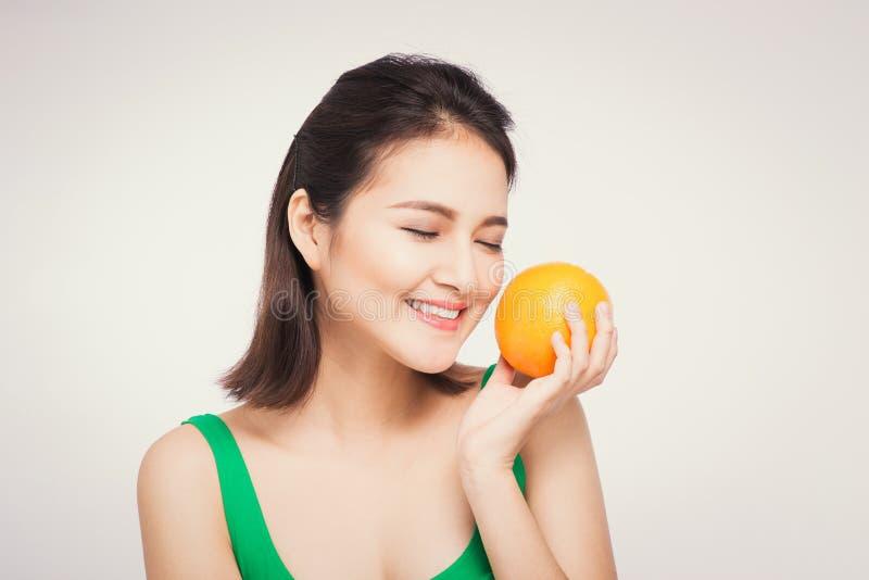 Piękny azjatykci portret młoda kobieta z pomarańczami Zdrowy fo zdjęcia stock