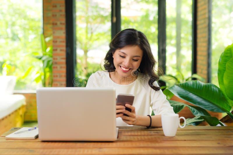 Piękny azjatykci womon trzyma kredytową kartę i nabywa onlin zdjęcia stock