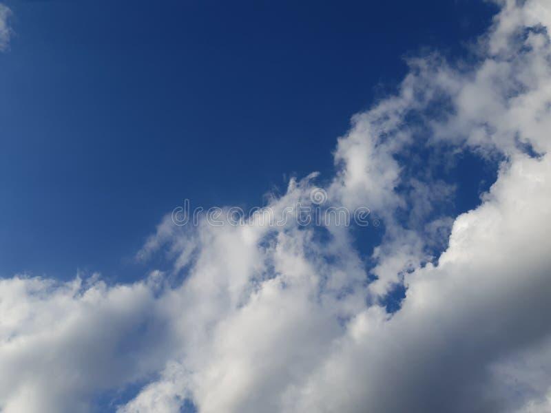 Piękny błękit chmurnieje dla twój fantazi obrazy stock