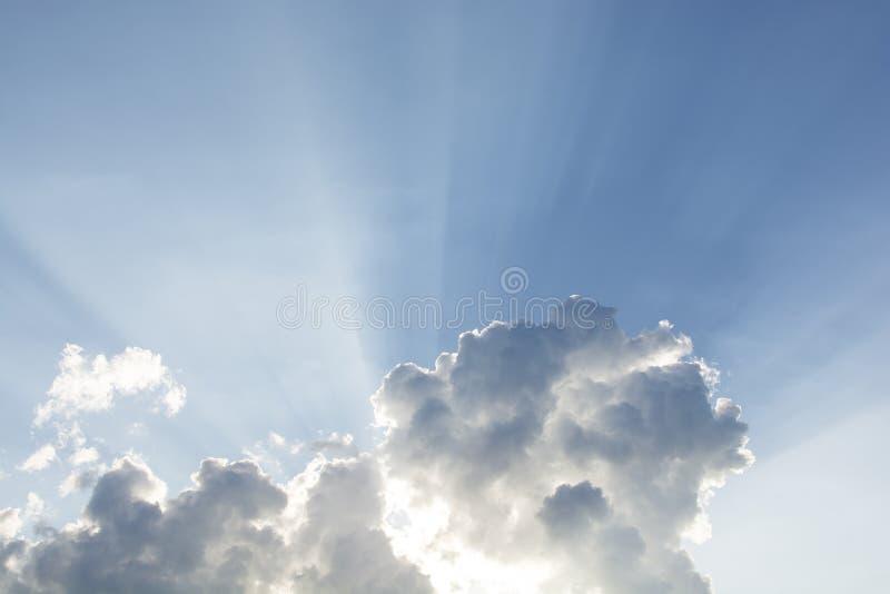 piękny błękit chmurnieje promieni nieba słońca sunbeams Słońce promienie przez th obraz stock