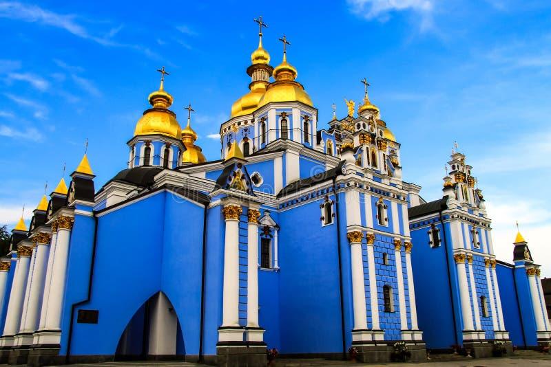 Piękny błękita St Michael ` s Złoty domed męski monaster stara Chrześcijańska katedra Ukraina, Ukraiński Ortodoksalny kościół fotografia royalty free