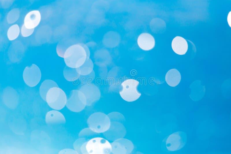 Piękny błękitne wody bokeh jako abstrakcjonistyczny tło zdjęcia stock