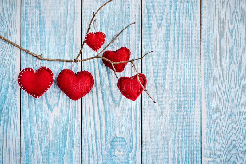 Piękny błękitny drewniany tło z czerwonymi sercami Najlepszy karta dla walentynka dnia zdjęcia royalty free