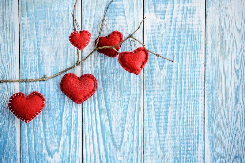 Piękny błękitny drewniany tło z czerwonymi sercami Najlepszy karta dla walentynka dnia fotografia royalty free