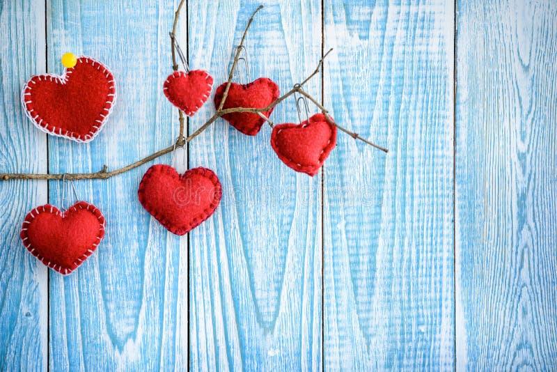 Piękny błękitny drewniany tło z czerwonymi sercami Najlepszy karta dla walentynka dnia zdjęcie royalty free