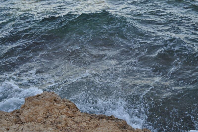 Piękny błękitny morze, ampuła kamienie, fala, niebo fotografia stock