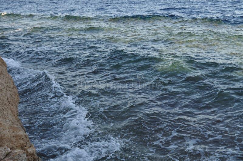 Piękny błękitny morze, ampuła kamienie, fala, niebo obraz royalty free