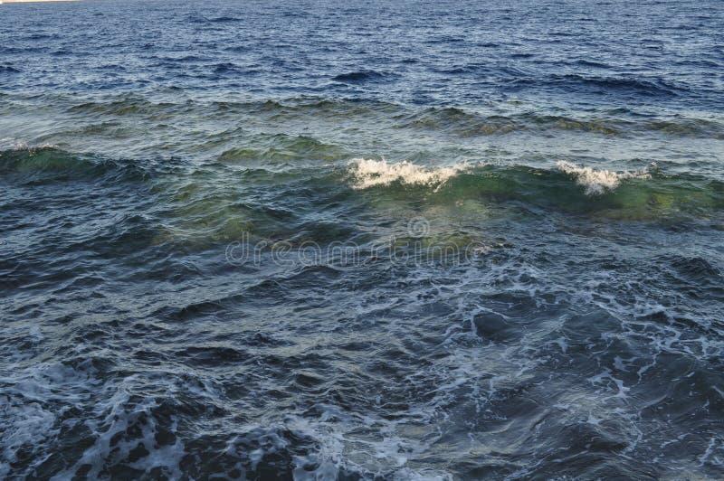 Piękny błękitny morze, ampuła kamienie, fala, niebo fotografia royalty free