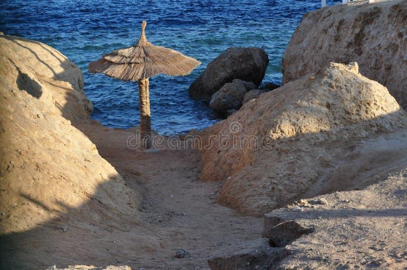 Piękny błękitny morze, ampuła kamienie, fala, niebo zdjęcie royalty free