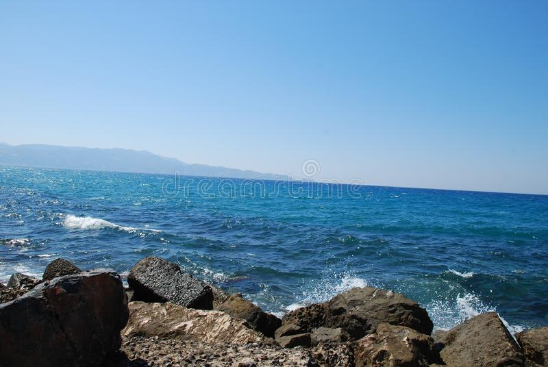 Piękny błękitny morze i figlarnie fale pod niebieskim niebem zdjęcia royalty free