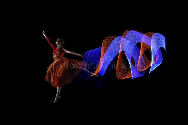 Piękny balerina tancerz z kolorowym światło skutkiem obraz royalty free
