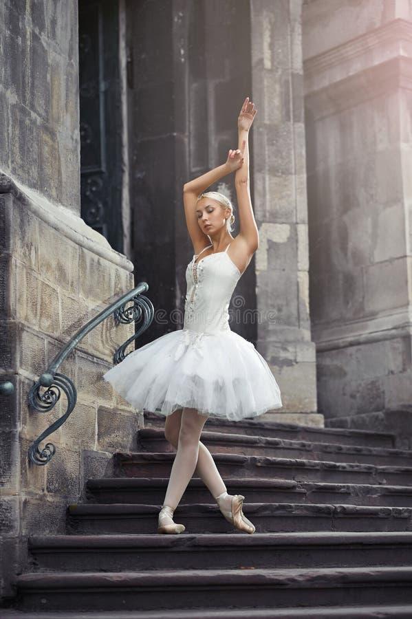 Piękny balerina taniec blisko starego budynku obraz stock