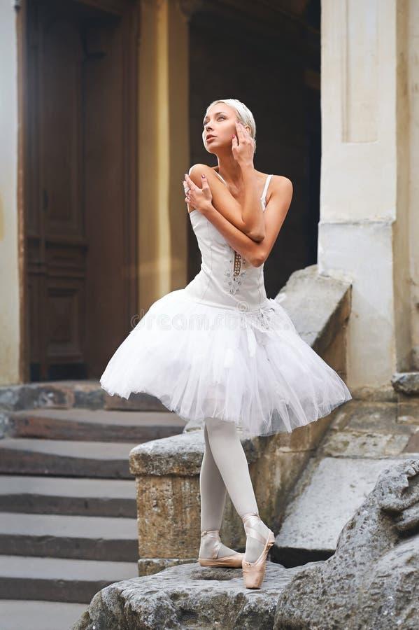 Piękny balerina taniec blisko starego budynku fotografia stock