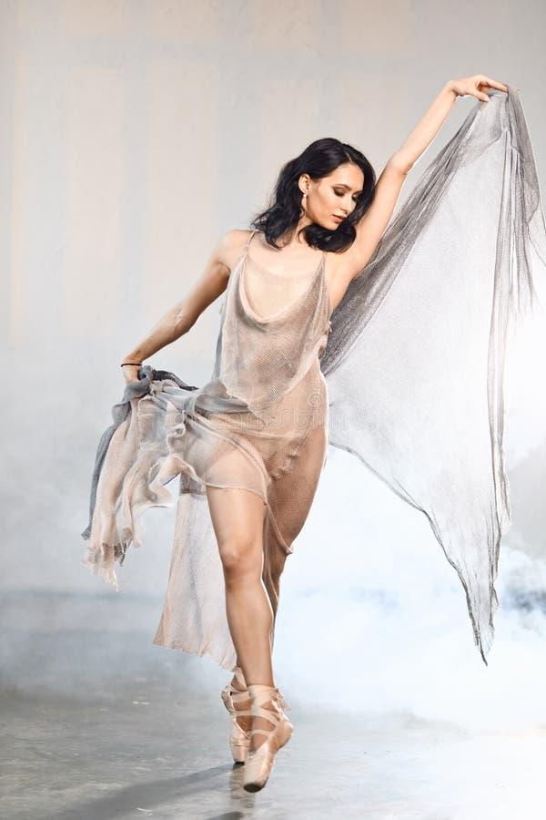 Piękny balerina taniec z latającą przesłoną na bielu obrazy stock