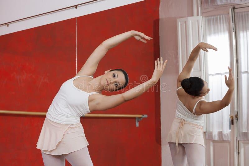 Piękny baleriny spełnianie W studiu obraz royalty free