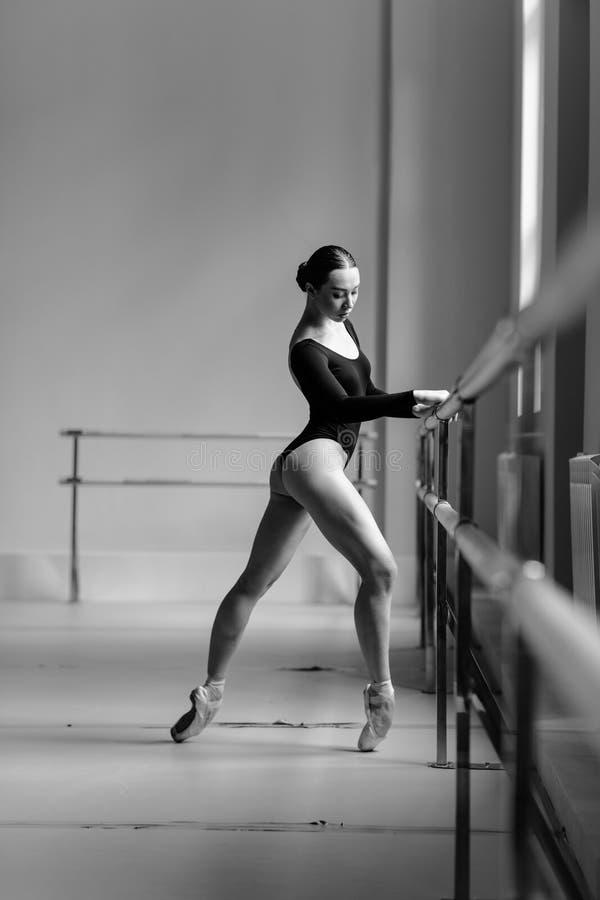 Piękny baleriny szkolenie w klasie obraz stock