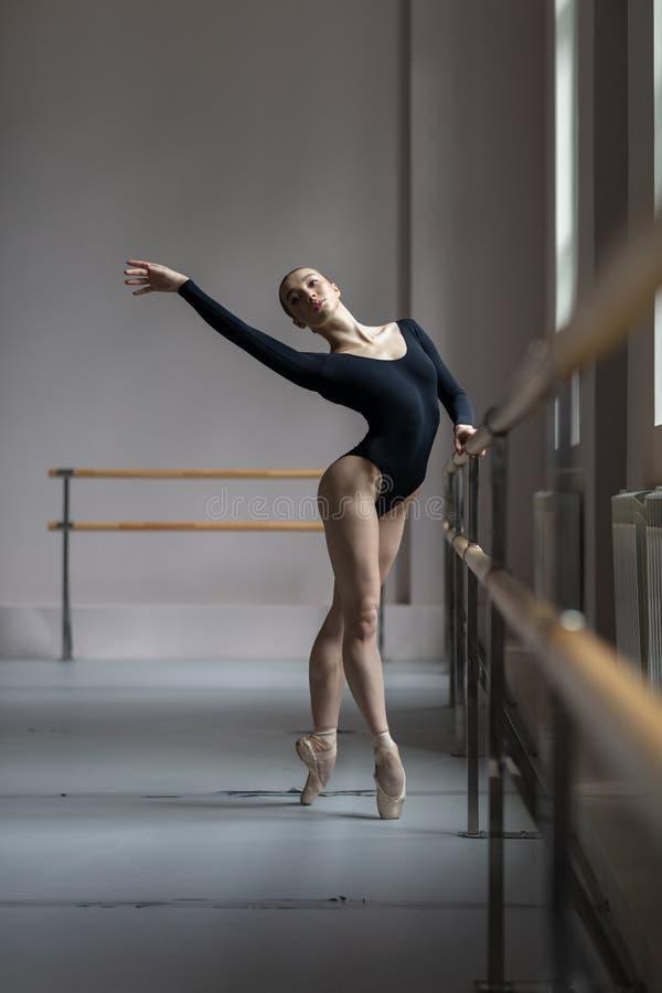 Piękny baleriny szkolenie w klasie zdjęcia royalty free