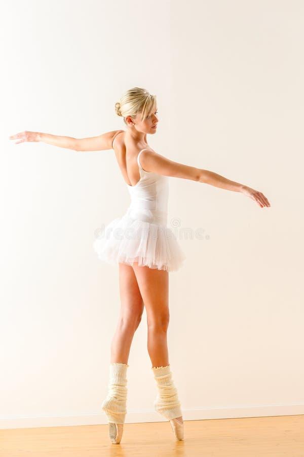 Piękny baletniczego tancerza taniec w studiu zdjęcia stock