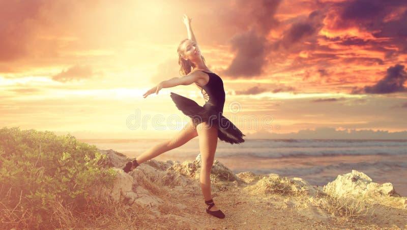 Piękny baletniczy tancerz na plaży zdjęcie stock