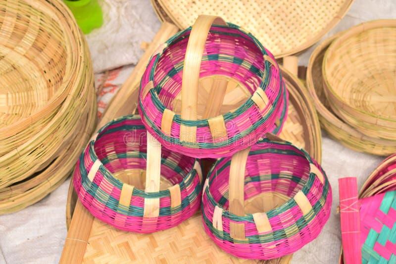 Piękny bambus zrobił koszowi wystawiającemu w bangladeskim lokalnym jarmarku zdjęcia stock