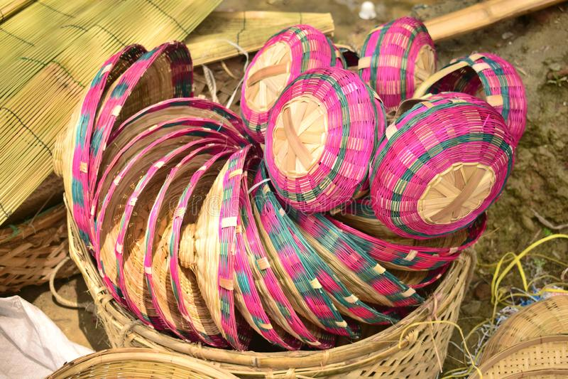 Piękny bambus zrobił koszowi wystawiającemu w bangladeskim lokalnym jarmarku zdjęcia royalty free