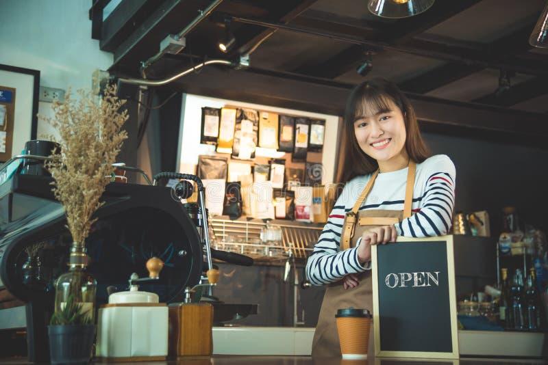 Piękny barista mienia blackboard obrazy stock