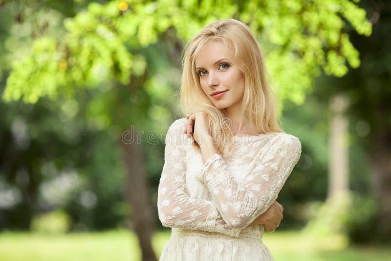 piękny behind blond budynek jej nowożytni outdoors kobiety potomstwa obraz stock