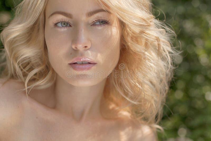 piękny behind blond budynek jej nowożytni outdoors kobiety potomstwa słoneczny dzień Natury lata tło zdjęcia royalty free