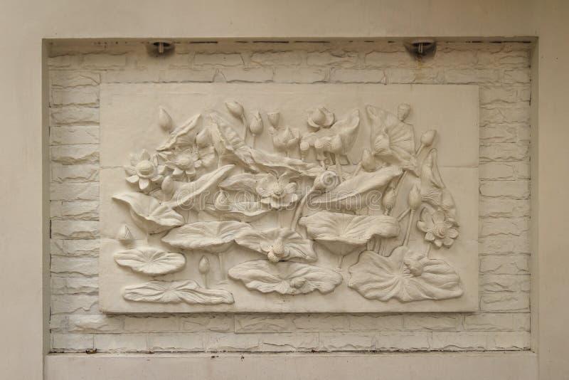 Piękny białego lotosu stiuk deseniujący na rubieżnej ścianie vinaigrette fotografia royalty free
