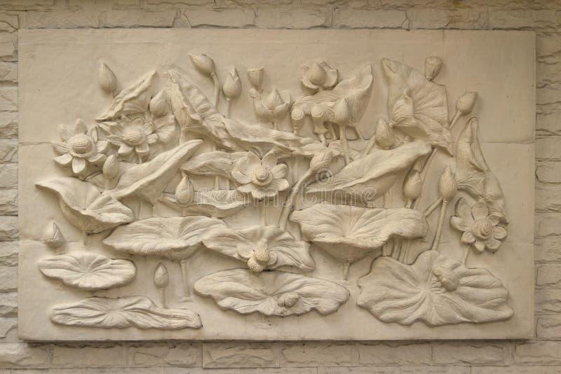 Piękny białego lotosu stiuk deseniujący na rubieżnej ścianie vinaigrette obrazy stock