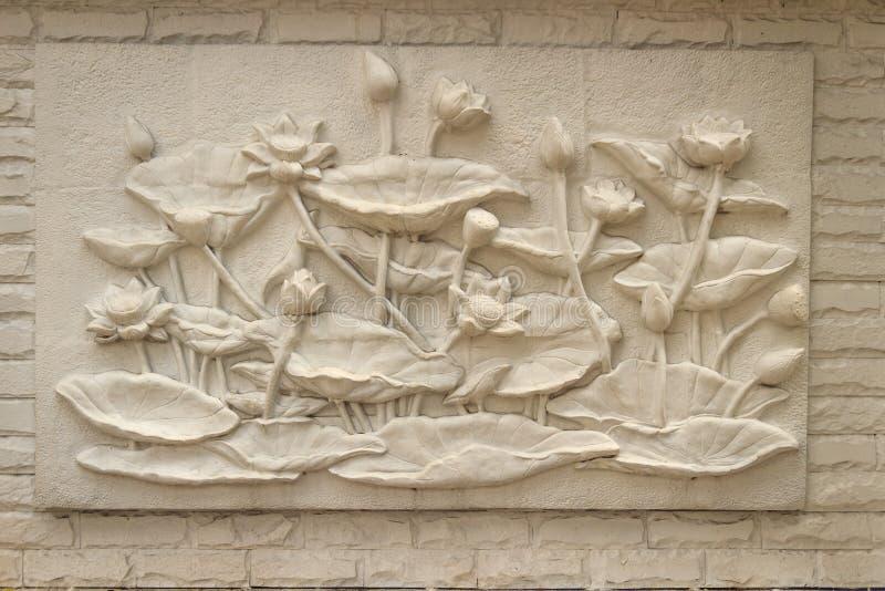Piękny białego lotosu stiuk deseniujący na rubieżnej ścianie vinaigrette zdjęcie stock