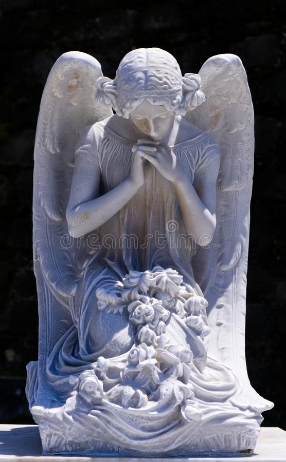 Piękny Biały Cmentarniany anioła modlenie obrazy royalty free