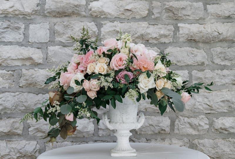 Piękny Biały i Różowy kwiat dekoraci przygotowania na Weddin obraz stock