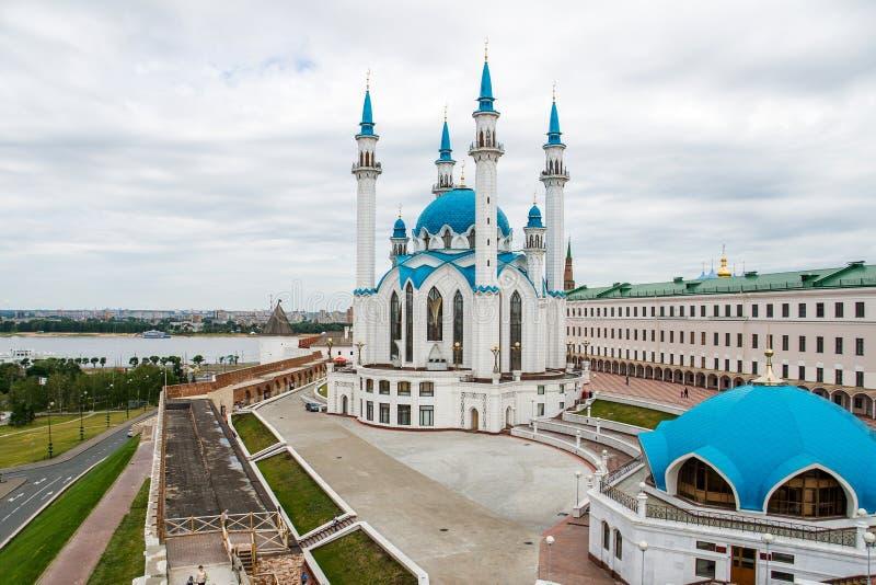 Piękny biały miasto meczet z błękitnymi minaretami i kopułami zdjęcia royalty free