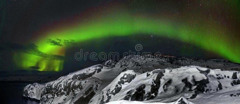 Piękny biegunowych świateł aurora borealis, zorza nad wzgórzami i tundra w zimie, zdjęcie royalty free