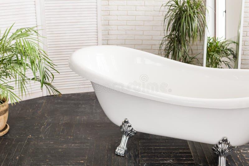 Piękny bielu skąpanie w jaskrawej łazience fotografia stock
