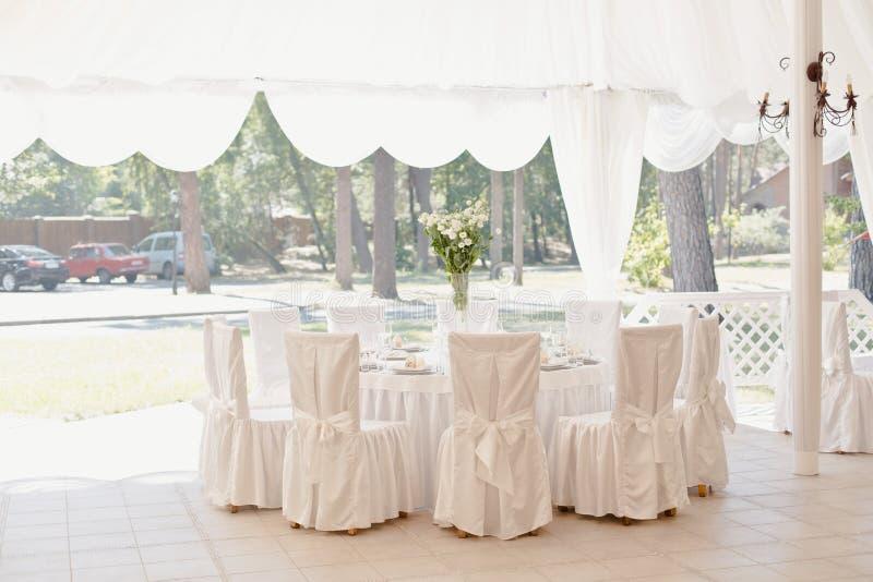 Piękny bielu stół, krzesła w restauraci i zdjęcie stock