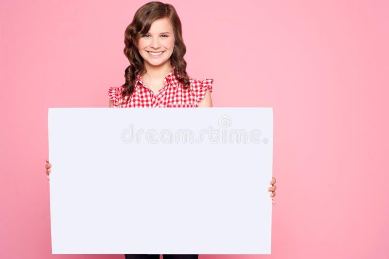 piękny billboardu pustego miejsca dziewczyny mienie zdjęcie royalty free