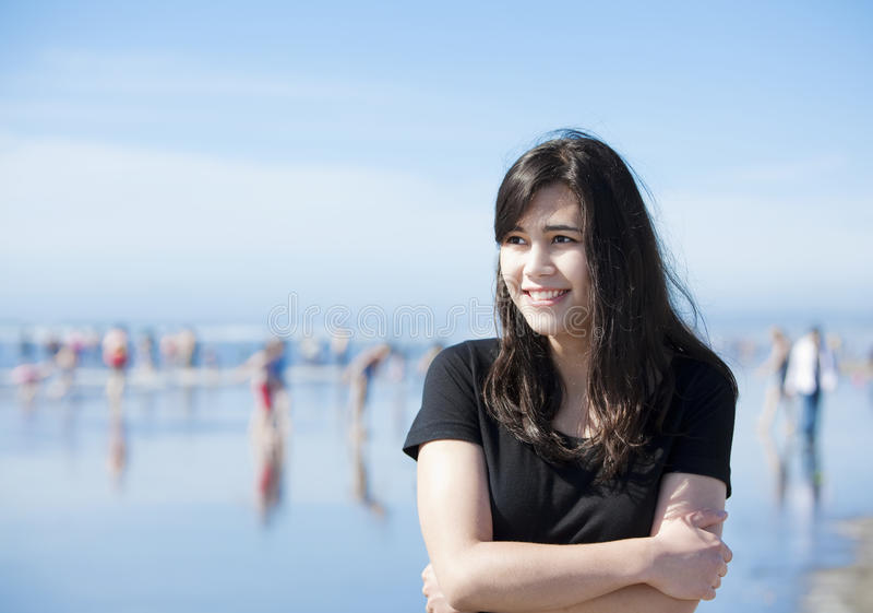 Piękny biracial nastoletni odprowadzenie wzdłuż plaży obraz royalty free
