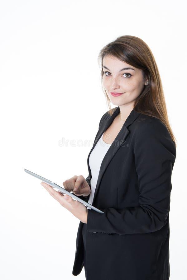 Piękny biznesowej kobiety portret trzyma cyfrowy pastylki ono uśmiecha się obraz stock