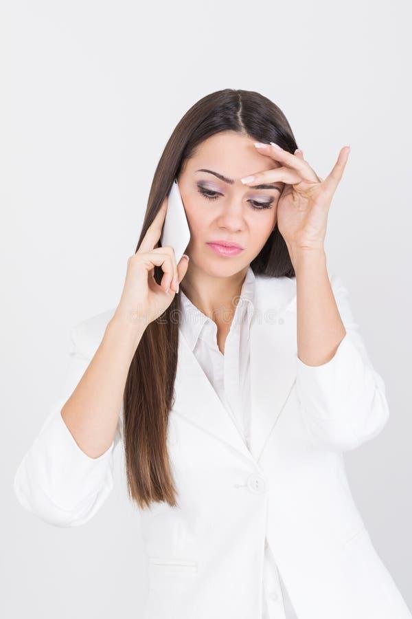 Piękny bizneswoman ma stresującą rozmowę telefonicza zdjęcia stock