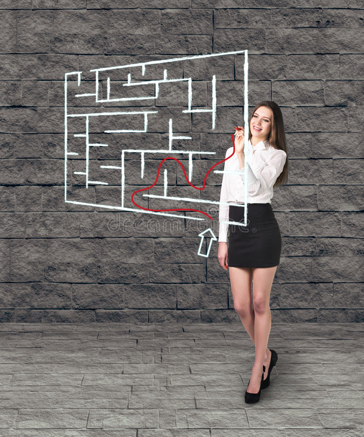 Piękny bizneswoman pokazuje coś w labiryncie obraz royalty free
