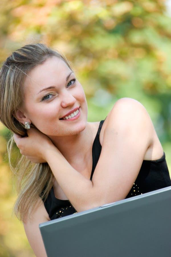 piękny blond żeński laptop zdjęcia stock