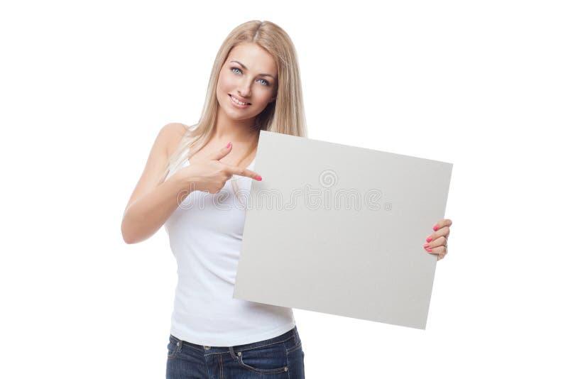 Piękny blond dziewczyny mienia pustego miejsca plakat obrazy royalty free