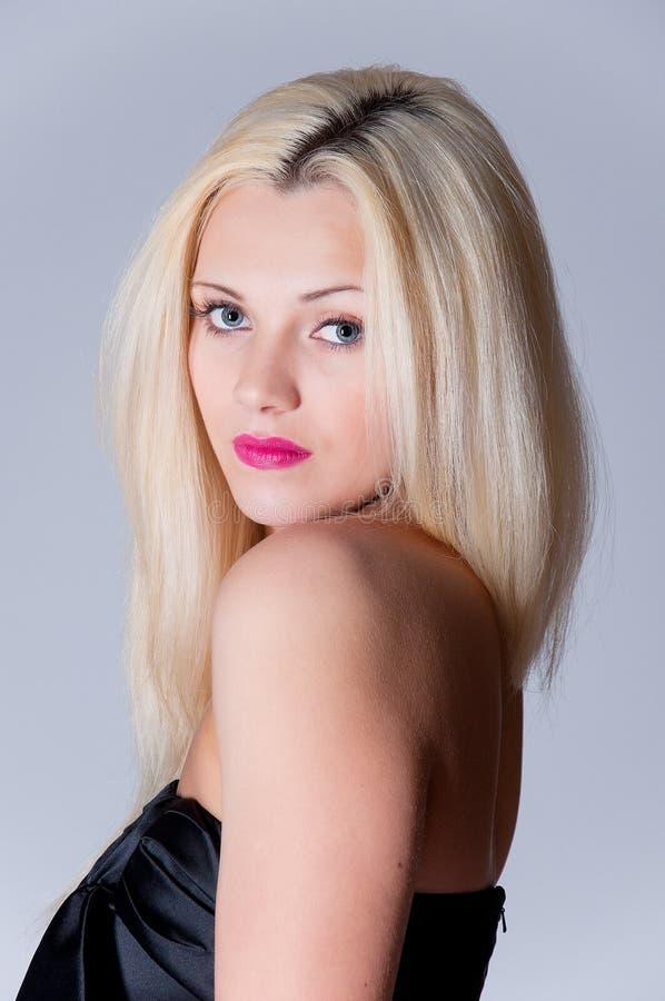 Piękny blond kobieta portret i prosty długie włosy obraz stock