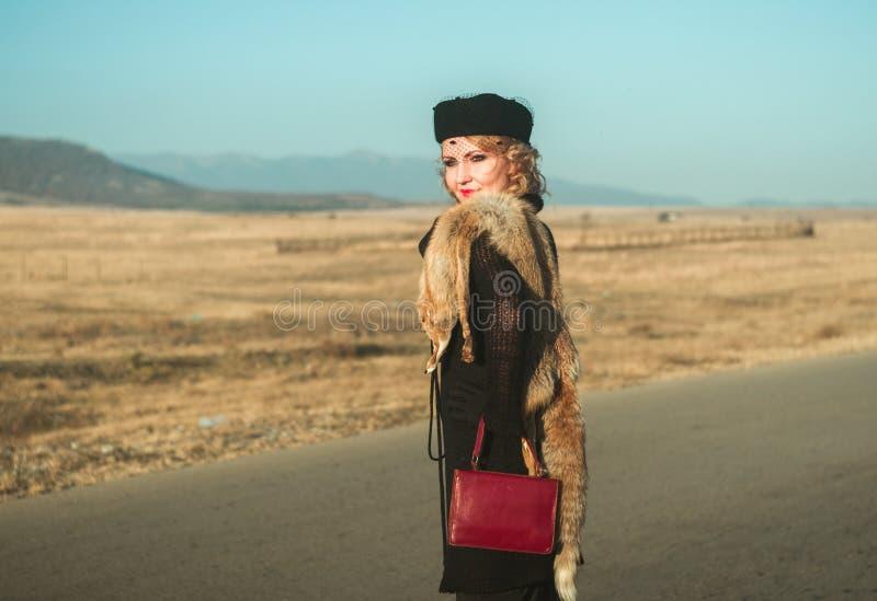 Piękny blond kobieta portret na drodze zdjęcia royalty free